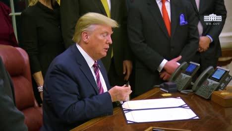 El-Presidente-Trump-Firma-Un-Proyecto-De-Ley-Para-Prevenir-La-Crueldad-Hacia-Los-Animales-Y-La-Tortura-En-La-Casa-Blanca-Con-Un-Rotulador-En-La-Oficina-Oval