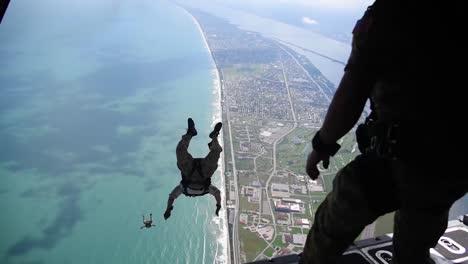308o-Escuadrón-De-Rescate-Paracaidistas-De-Salvamento-Realizar-Una-Caída-Libre-Militar-Desde-La-Parte-Trasera-De-Un-Avión-De-Combate-Hc130p-/-N-Combat-King-En-Patrick-Air-Force-Base-Florida