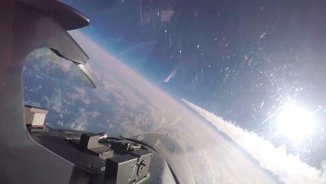 Pov-Un-Ala-De-Caza-138-Tulsa-F16-Viper-Fighter-Jet-Despeja-A-Trav�s-De-Otra-Estela-De-Jets-En-El-Aire