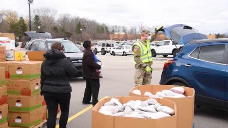 US-Armeesoldaten-Verteilen-Lebensmittel-An-Einer-Lebensmittelbank-Im-Westen-Von-Michigan-Während-Des-Ausbruchs-Des-Covid19-Coronavirus-Notfall-Pandemie-Ausbruchs-Lebensmittelknappheit