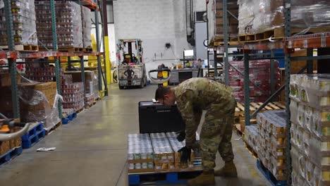 US-Armeesoldaten-Verteilen-Lebensmittel-An-Einer-Lebensmittelbank-Im-Westen-Von-Michigan-Während-Des-Ausbruchs-Des-Covid19-Coronavirus-Notfall-Pandemie-Ausbruchs-Lebensmittelknappheit-2