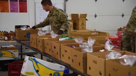 US-Armeesoldaten-Verteilen-Lebensmittel-An-Einer-Lebensmittelbank-Im-Westen-Von-Michigan-Während-Des-Ausbruchs-Des-Covid19-Coronavirus-Notfall-Pandemie-Ausbruchs-Lebensmittelknappheit-3