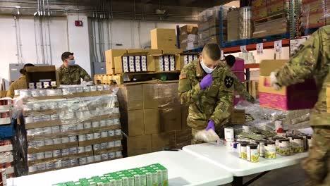 US-Armeesoldaten-Verteilen-Lebensmittel-An-Einer-Lebensmittelbank-In-Lakewood-Washington-Während-Des-Ausbruchs-Des-Covid19-Coronavirus-Notfall-Pandemie-Ausbruchs-Lebensmittelknappheit-1