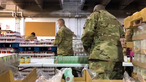 US-Armeesoldaten-Verteilen-Lebensmittel-An-Einer-Lebensmittelbank-In-Lakewood-Washington-Während-Des-Ausbruchs-Des-Covid19-Coronavirus-Notfall-Pandemie-Ausbruchs-Lebensmittelknappheit-2