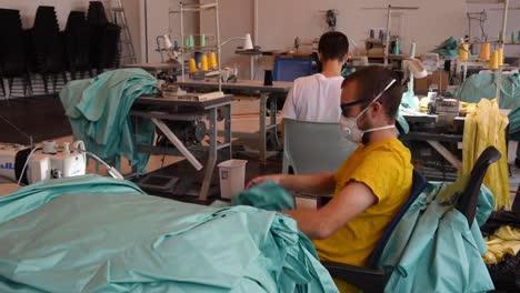 Empresas-Privadas-Comienzan-A-Fabricar-Batas-Y-Máscaras-En-Pequeñas-Fábricas-Durante-El-Brote-Pandémico-De-Coronavirus-Covid19-1