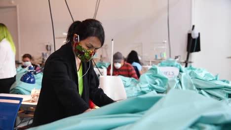 Empresas-Privadas-Comienzan-A-Fabricar-Batas-Y-Máscaras-En-Pequeñas-Fábricas-Durante-El-Brote-Pandémico-De-Coronavirus-Covid19-2