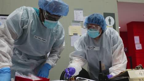 Los-Médicos-Y-Enfermeras-De-Cuidados-Intensivos-Del-Coronavirus-De-Nueva-York-Covid19-Tratan-A-Los-Ancianos-En-El-Centro-De-Convenciones-De-Javits-Durante-El-Brote-Epidémico-Pandémico