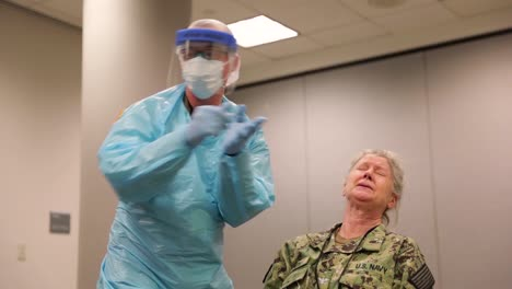 Los-Miembros-Del-Servicio-Estadounidense-Asignados-A-La-Estación-Médica-De-Javits-En-Nueva-York-Se-Hacen-La-Prueba-Del-Coronavirus-Durante-El-Brote-Epidémico-De-Covid19-En-La-Ciudad-De-Nueva-York