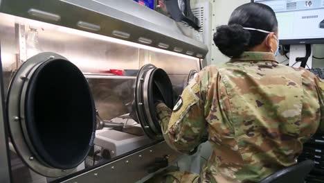 US-Armeeärzte-Und--krankenschwestern-Führen-Covid19-Coronavirus-Tests-Innerhalb-Des-Mobilen-Analytischen-Laborsystems-Außerhalb-Des-Javits-Zentrums-In-New-York-Durch-1