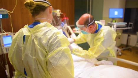 Pacientes-Enfermeras-Y-Médicos-Turno-De-Noche-En-El-Hospital-De-Stamford-Centro-Médico-Bennett-Trabajan-Con-Víctimas-Del-Coronavirus-Covid19-2