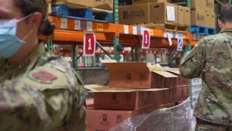 US-Soldaten-Der-Nationalgarde-Verteilen-Lebensmittel-An-Einer-Missouri-Lebensmittelbank-Während-Des-Ausbruchs-Des-Covid19-Coronavirus-Notfall-Pandemie-Ausbruchs-Lebensmittelmangel