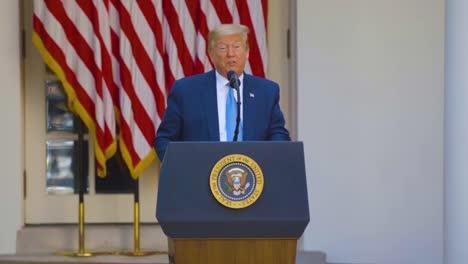 US-Präsident-Donald-Trump-In-Szenen-Im-Weißen-Haus-Bietet-Den-Opfern-Des-Coronavirus-Hoffnung-Und-Verspricht-Dass-Sich-Die-Wirtschaft-Erholen-Wird