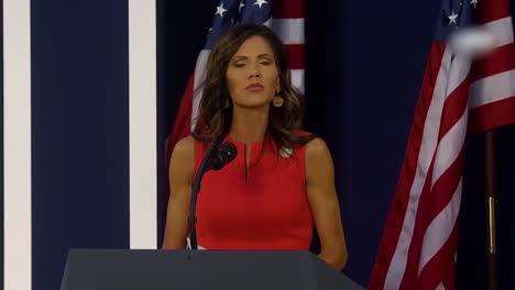 Kristi-Noem-Gobernadora-De-Dakota-Del-Sur-Habla-En-Un-Mitin-De-Donald-Trump-En-Mt-Rushmore