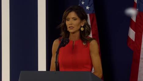 Kristi-Noem-Gobernadora-De-Dakota-Del-Sur-Habla-En-Un-Mitin-De-Donald-Trump-En-Mt-Rushmore-1