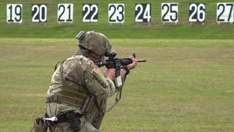 Soldados-Del-Ejército-Estadounidense-Disparan-Armas-Durante-Una-Competencia-De-Armas-Pequeñas-En-Fort-Benning-Georgia-1