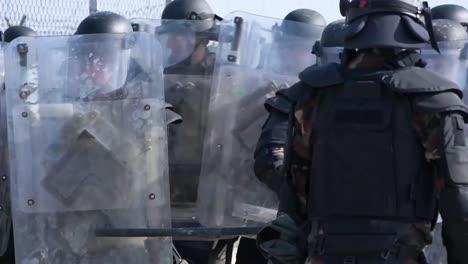 Soldados-De-La-Fuerza-De-Kosovo-Natoled-(kfor)-En-Tren-Antidisturbios-Para-Atravesar-El-Fuego