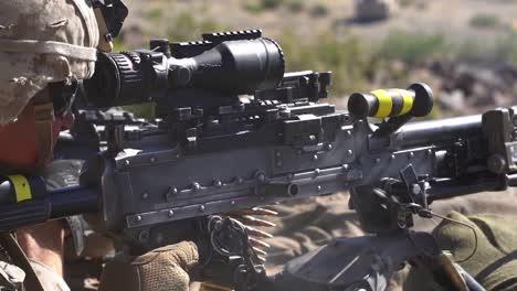 Los-Marines-Estadounidenses-Realizan-Operaciones-Militares-Con-Fuego-Vivo-Durante-El-Entrenamiento-De-Guerra-Urbana-En-Twentynine-Palms-California-1