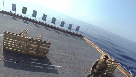 Casco-Cam-Pov-Infantes-De-Marina-De-Los-Ee-uu-Armas-Automáticas-De-Fuego-Rápido-Ejercicio-De-Ataque-De-Cuerda-En-Un-Barco-De-Asalto-Anfibio