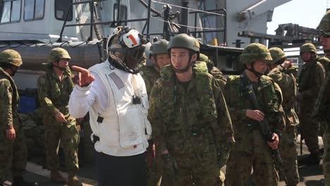 Los-Marines-Estadounidenses-Y-Los-Soldados-Japoneses-Realizan-Ejercicios-De-Entrenamiento-De-Asalto-Anfibio-Desde-Un-Barco-En-El-Mar-De-Filipinas