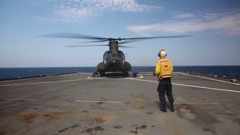 Los-Marines-Estadounidenses-Y-Los-Soldados-Japoneses-Realizan-Ejercicios-De-Entrenamiento-De-Asalto-Anfibio-Desde-Un-Barco-En-El-Mar-De-Filipinas-1
