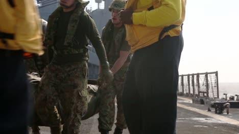 Los-Marines-Estadounidenses-Y-Los-Soldados-Japoneses-Realizan-Ejercicios-De-Entrenamiento-De-Asalto-Anfibio-Desde-Un-Barco-En-El-Mar-De-Filipinas-3