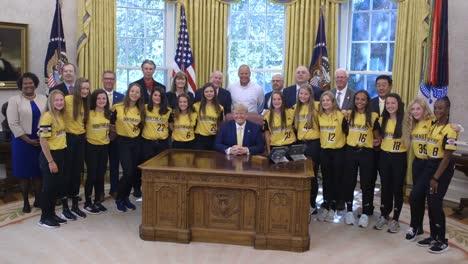 Niños-Y-Niñas-Campeones-De-Ligas-Pequeñas-Visitan-La-Oficina-Oval-Y-Se-Reúnen-Con-El-Presidente-Estadounidense-Donald-Trump-En-La-Casa-Blanca