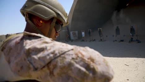 Los-Marines-Estadounidenses-Con-El-2o-Batallón-Del-5o-Regimiento-De-La-Infantería-De-Marina-Entrenan-Con-Escopetas-En-Un-Rango-De-Puntería-De-Combate-En-Kuwait-2