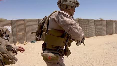 Los-Marines-Estadounidenses-Con-El-2o-Batallón-Del-5o-Regimiento-De-La-Infantería-De-Marina-Entrenan-Con-Rifles-Automáticos-En-Rango-De-Puntería-De-Combate-En-Kuwait-2