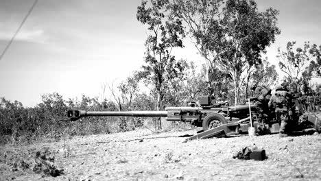 Clips-En-Blanco-Y-Negro-De-Los-Marines-Estadounidenses-Realizando-Entrenamiento-De-Artillería-Con-Fuego-Vivo-En-El-área-De-Entrenamiento-De-Mount-Bundey-Australia