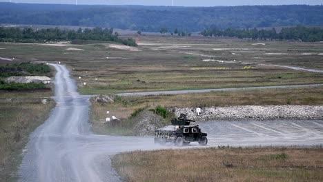Los-Paracaidistas-Del-Ejército-Estadounidense-Asignados-A-La-173a-Misiles-De-Remolque-De-Fuego-Aerotransportado-Durante-Un-Ejercicio-De-Campo-En-Grafenwoehr-Alemania