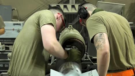 Los-Aviadores-De-La-Fuerza-Aérea-De-EE-UU-De-332-Aew-Ammo-Shop-Ensamblan-Armas-Y-Municiones-Para-Una-Misión-De-Bombardeo-1