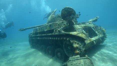 Imágenes-Subacuáticas-De-Buzos-Explorando-Un-Tanque-Hundido-En-El-Mar-Rojo-Cerca-De-Aqaba-Jordan-1
