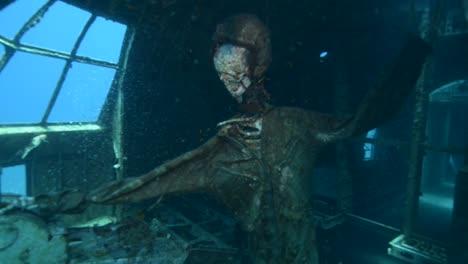 Imágenes-Submarinas-De-Buzos-Explorando-Un-Avión-Hundido-En-El-Mar-Rojo-Con-Piloto-Esqueleto