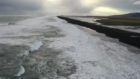 Antena-De-Olas-Rompiendo-La-Costa-De-Reynisfjara-Playa-De-Arena-Negra-En-La-Costa-Sur-De-Islandia