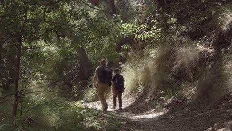 Un-Padre-Y-Su-Hijo-Unen-Su-Amistad-Y-Relación-Mientras-Caminan-Por-Un-Sendero-Salvaje-Costa-Gaviota-California-2