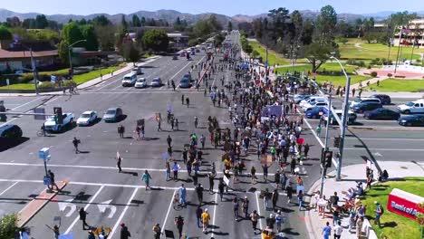 Gute-Antenne-über-Demonstranten-Die-Während-Einer-Black-Live-Matter-Blm-Parade-In-Ventura-Kalifornien-Die-Nationalgarde-Singen-Und-Marschieren-1