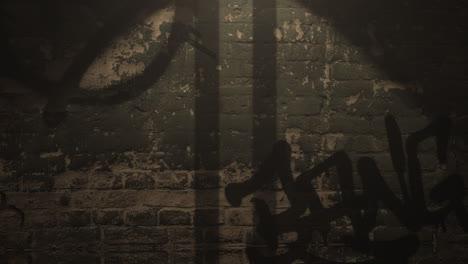 Bewegungskamera-Auf-Dunkler-Gasse-Der-Stadt-Mit-Grunge-Wand-Des-Gebäudes-Nachtzeit