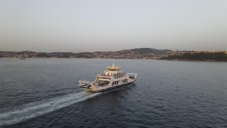 Barco-Navegando-En-El-Lago