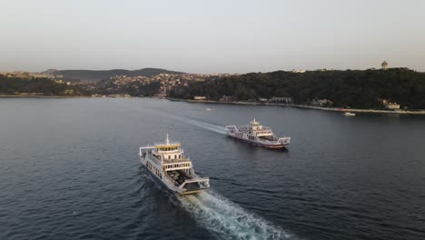 Ferries-En-El-Bósforo-De-Estambul