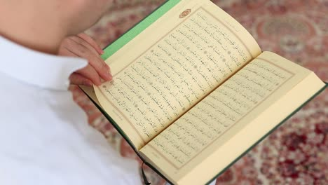 Leyendo-El-Corán-En-Una-Mezquita