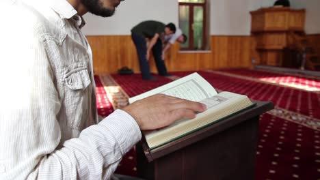 Joven-Musulmán-Leyendo-El-Corán-En-La-Mezquita