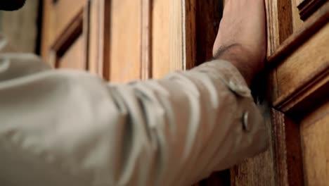 Mann-Klopft-An-Traditionelle-Holztür