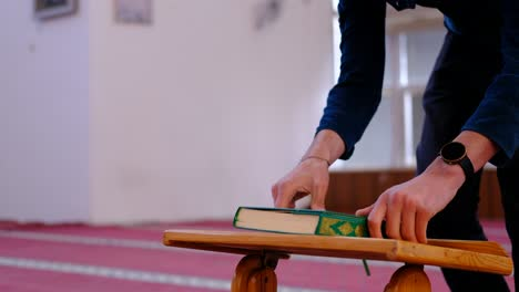 Man-Reads-The-Quran-In-Mosque-2