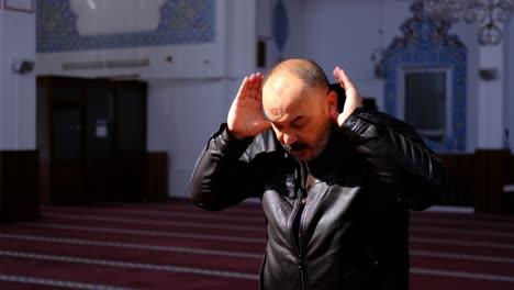 Anciano-Se-Para-Y-Reza-En-Una-Mezquita-2