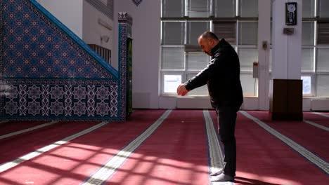 Anciano-Musulmán-Reza-En-La-Mezquita-En-La-Luz-Del-Sol