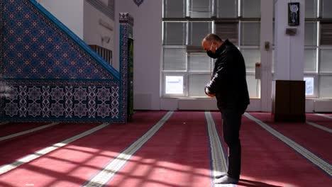 El-Hombre-Se-Para-Y-Reza-Con-Máscara-En-Una-Mezquita-