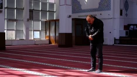 Hombre-De-Mediana-Edad-Reza-En-La-Mezquita-1