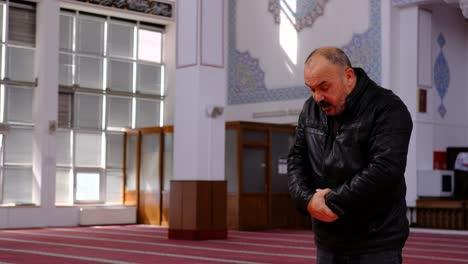 Anciano-Reza-En-La-Mezquita-1