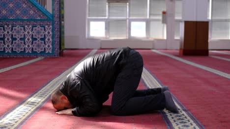 Hombre-Musulmán-Se-Arrodilla-Durante-La-Oración-En-La-Mezquita
