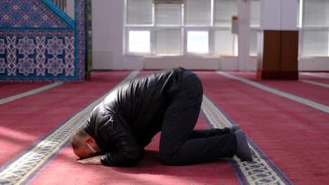 Mezquita-Del-Anciano-Enmascarado-Se-Arrodilla-En-Oración